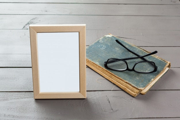 木製の背景の空白の木製の写真フレーム