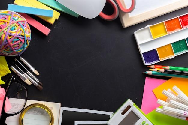 文房具オブジェクトがたくさんあるアーティストの机