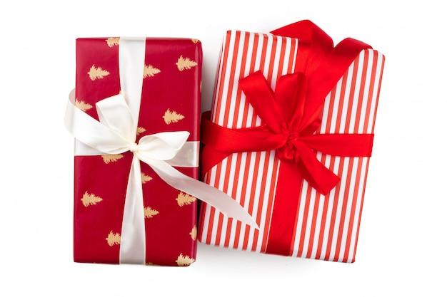 Вид сверху кучу рождественских подарков на белом фоне