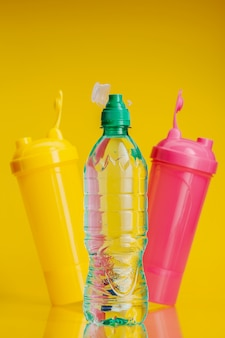 明るい黄色の背景にペットボトルの純水