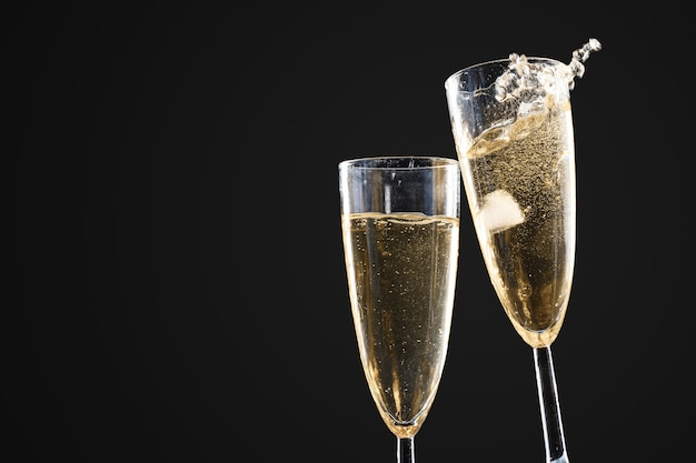 Бокалы шампанского с брызгами