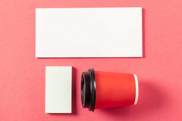 ピンク色の背景の空白の紙片