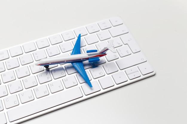 Самолет и клавиатура ноутбука