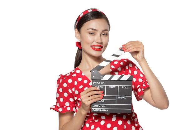 映画クラッパーボードを持つ女性