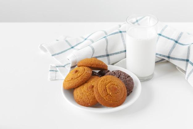 キッチンクロスとミルクグラスとビスケットクッキー