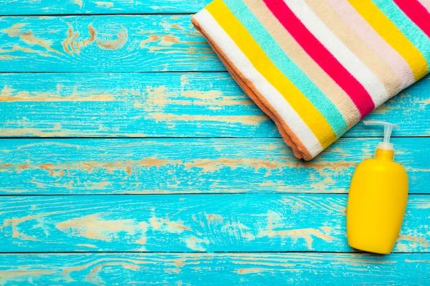 木製のテーブルに夏のビーチタオル