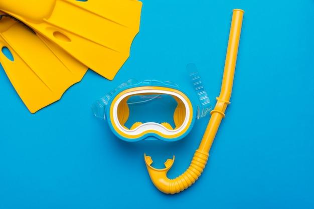 明るい黄色の足ひれとダイビングマスク