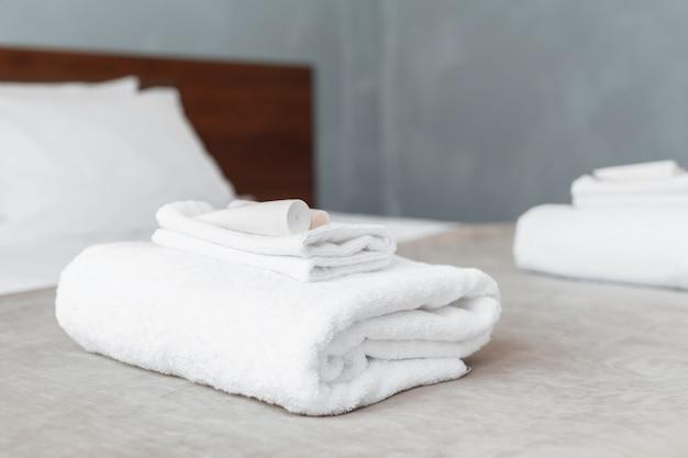 ホテルのお客様用の客室のベッドに白いタオル