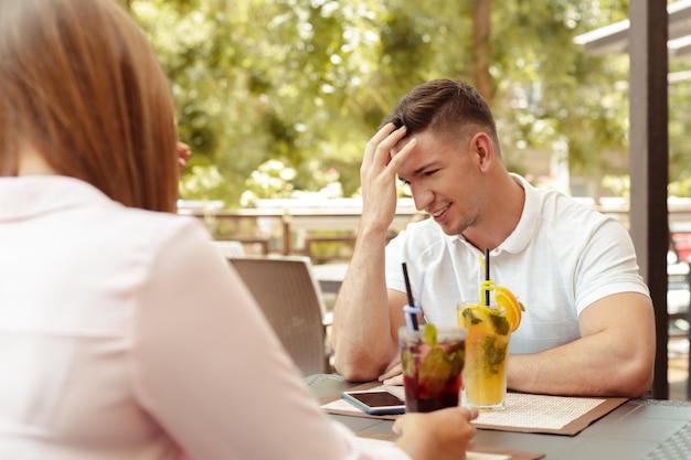 Пара, имеющие проблемы в отношениях, говорить в кафе