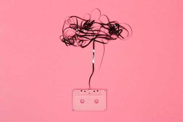 色の背景上のレトロなカセットテープ