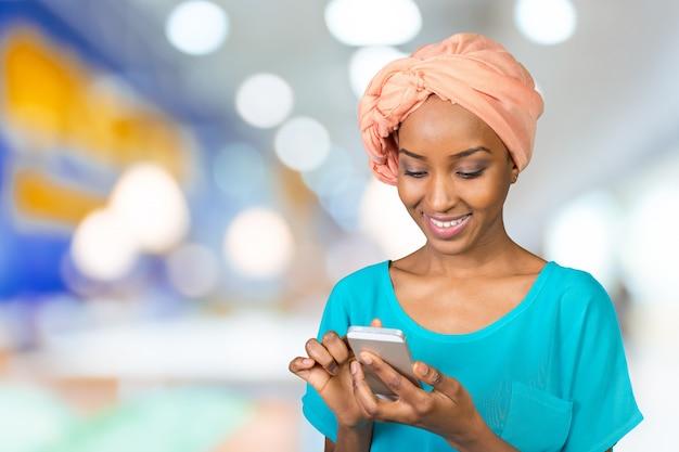 電話でカジュアルな女性のテキストメッセージ