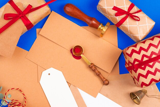 赤いシールスタンプとヴィンテージの手紙をクローズアップ
