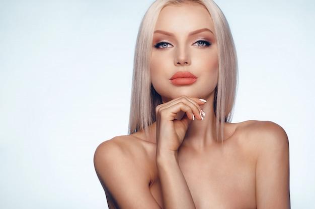 Крупным планом портрет красоты блондинка с идеальной кожей и пухлыми губами