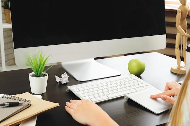 オフィスや自宅で彼女のコンピューターを使用して実業家