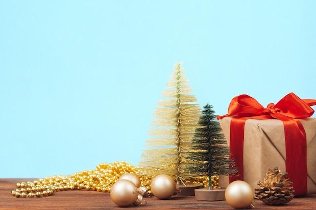 木の板にクリスマス装飾ボール、コピースペース