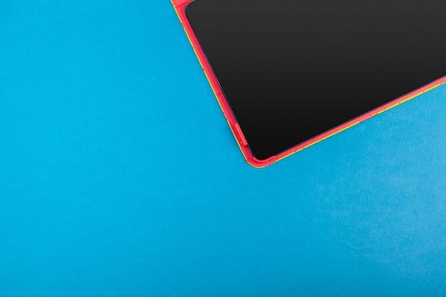 色付きの背景に現代のスマートフォン画面をクローズアップ