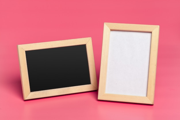 Пустые рамки для фотографий на розовом цветном фоне