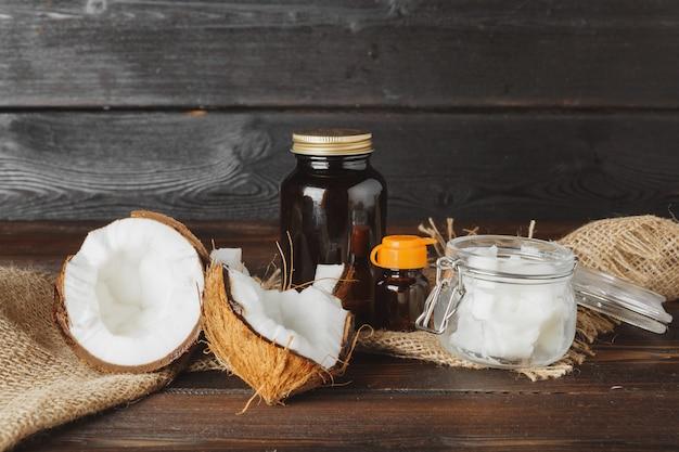 暗い高齢者の木製テーブルに壊れたココナッツをクローズアップ