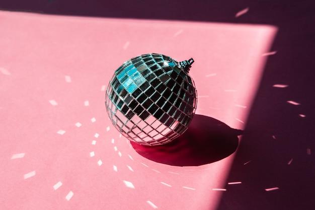 ピンクの背景にディスコボール安物の宝石。パーティーのコンセプト