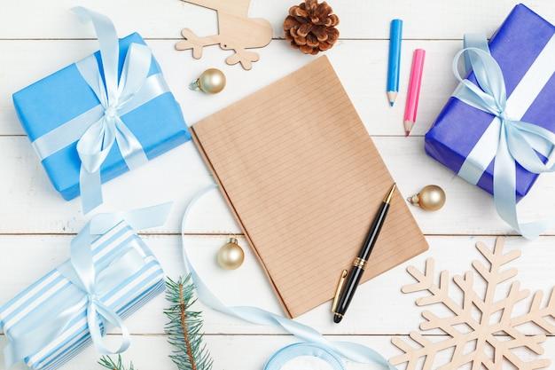 Процесс изготовления рождественских и новогодних открыток, вид сверху