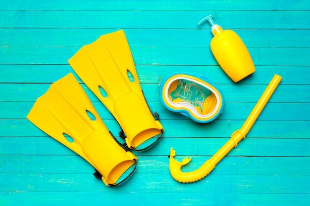 色付きの背景に黄色の水泳足ひれ