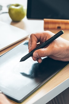 ペンタブレットを使用したグラフィックデザイナー