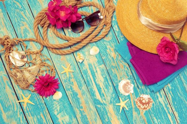 女性のビーチアクセサリーの明るい構図