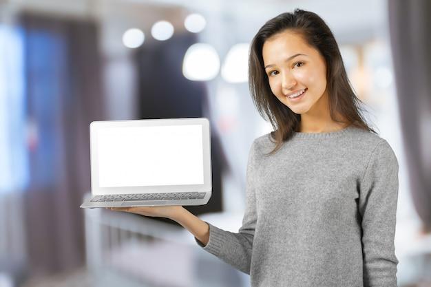 Молодая женщина, используя портативный компьютер