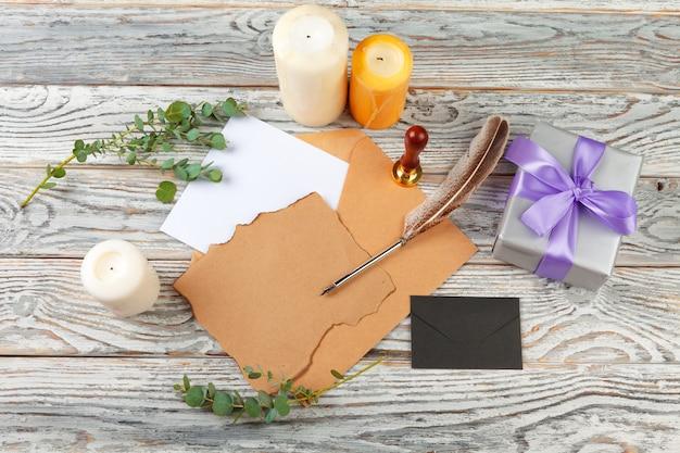 サンタクロースの概念への手紙の平面図です。休日の装飾と木製の背景の紙