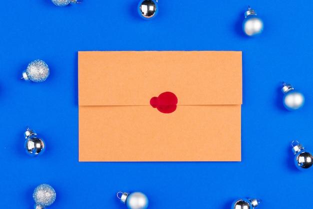 封筒とクリスマスデコレーション付きのデスク。フラット横たわっていた。モックアップ