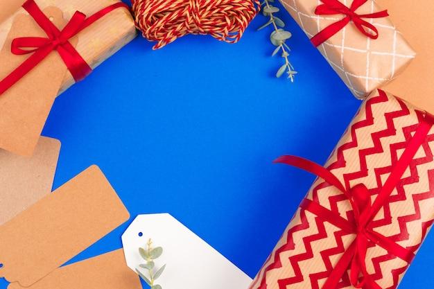 クリスマスプレゼントとコピースペースと青色の背景にタグの構成