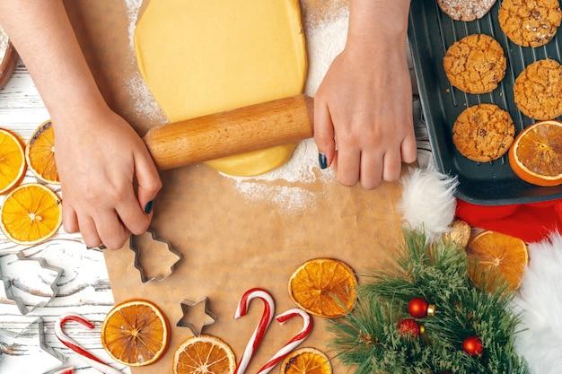 クッキーの生地を準備する女性の手をクローズアップ