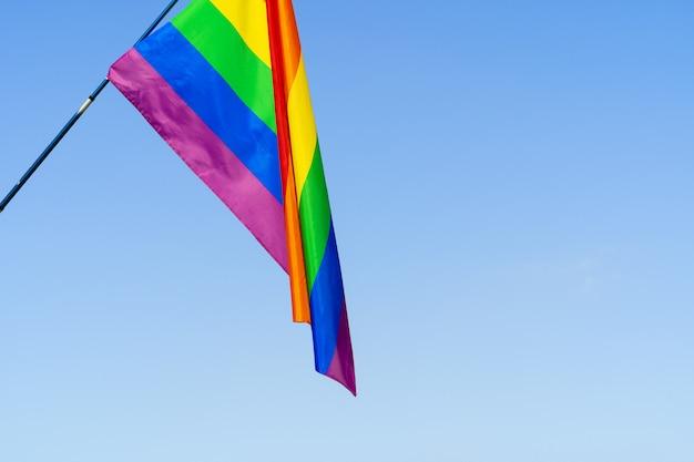 Лгбт развевающийся флаг в небе на флагштоке