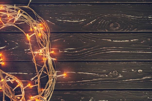 コピースペースを持つ木製の背景にクリスマスの花輪