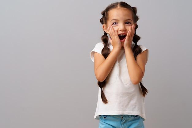 興奮し、驚いている小さな少女の肖像画