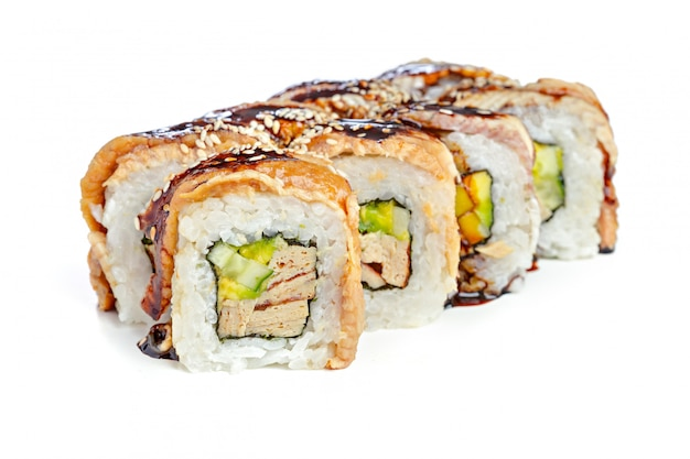 白い背景の上の日本の寿司ロール