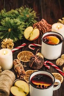 木製のテーブルにきらめくワインの白いカップをクローズアップ