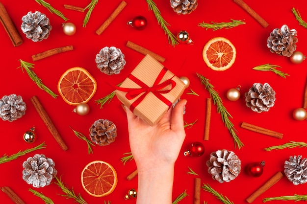 Рука женщины с подарком на украшенном рождестве