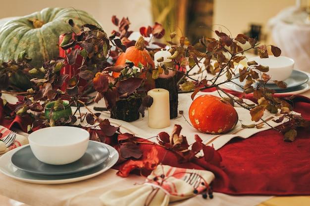 お祝いの装飾が施された秋の感謝祭のテーブルセッティング