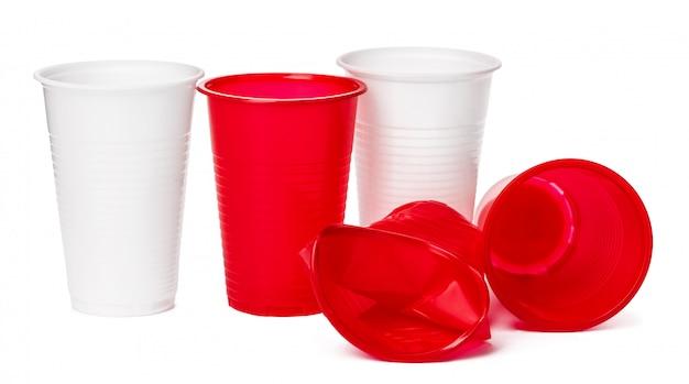 分離された飲み物のプラスチックカップのクローズアップ