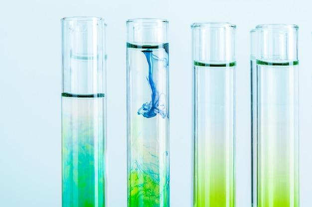 化学実験室の試験管内の緑色の液体をクローズアップ