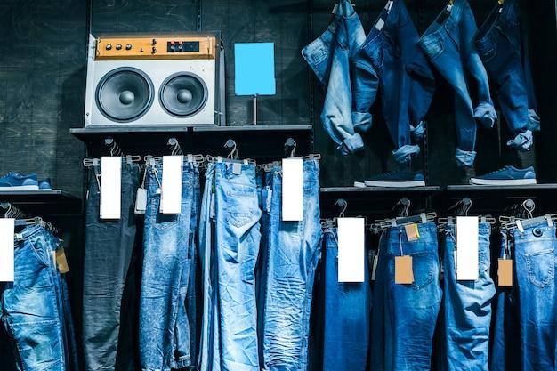 Одежда на вешалке в магазине