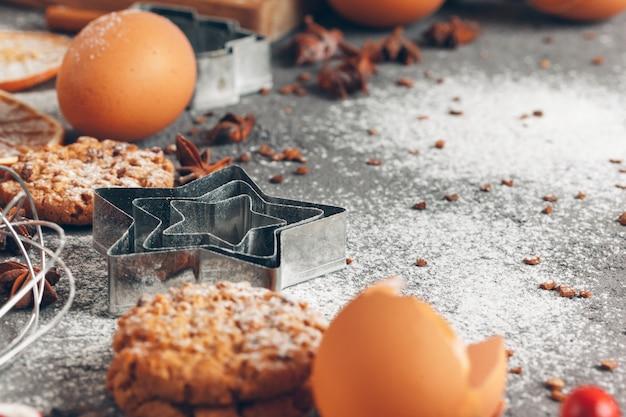 Рождественская выпечка приготовления. рождественская кулинария праздничная концепция
