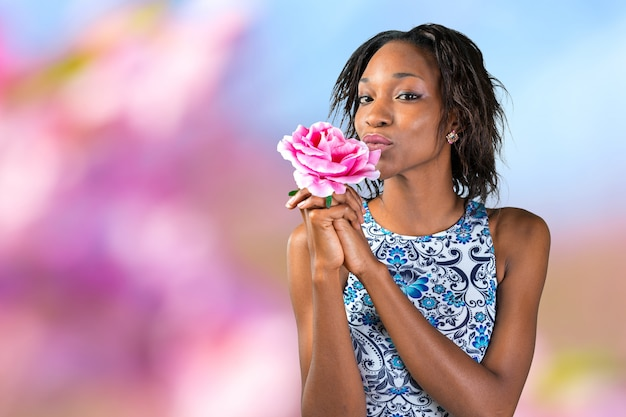 花を保持している魅力的な美しい黒人女性