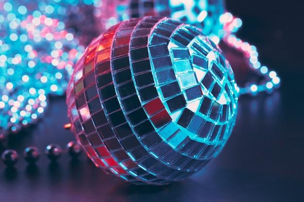 暗闇の中で光るミラーボールをクローズアップ