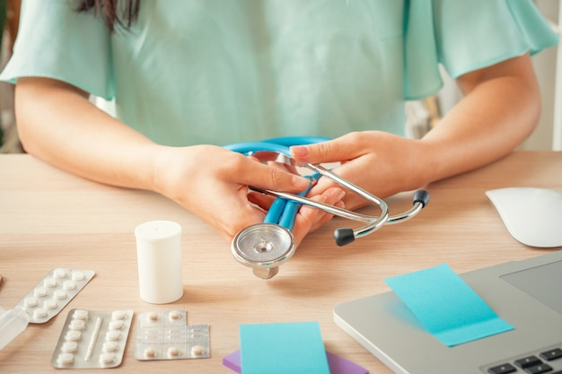 Женский врач, сидя в ее офисе, здравоохранение и медицинская концепция