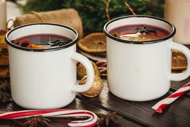 Две чашки рождественского глинтвейна на деревянном столе