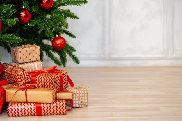 クリスマスツリーの下にラップされたプレゼントのスタック