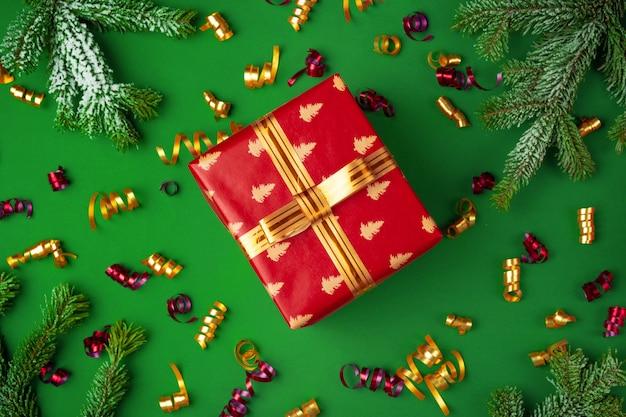 緑のお祝いに包まれたプレゼントのトップビュー