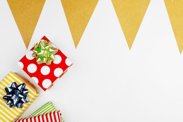 明るい紙に包まれたさまざまなギフトボックスのクリスマス組成